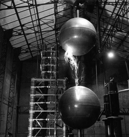 <p>DOISNEAU Robert, L'éclateur à sphères du Laboratoire de synthèse atomique, Ivry, photographie, 1957, ©www.robert-doisneau.com</p>